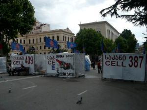 Le Parlement assiégé depuis le 9 avril par les tentes des opposants au Président (photo PhM)