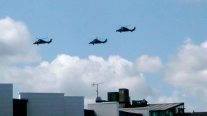Des hélicoptères de combat sur les toits de Paris