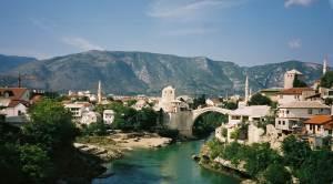 Photo PhM : à Mostar, en Bosnie, par un seul clocher en vue, que des minarets. Et pourtant nous sommes en pleine Europe !