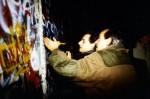 nicolas-sarkozy-devant-le-mur-de-berlin-en-novembre-1989_500